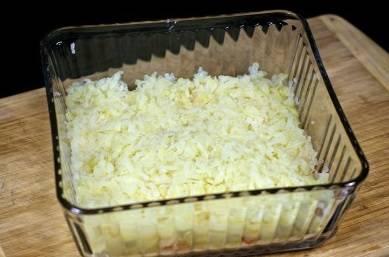 10. Тертый картофель слегка прихлопните рукой или ложкой.