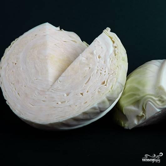 Капусту моем, очищаем от верхних листьев и кочерыжек. В ингредиентах приведен вес уже очищенной капусты.