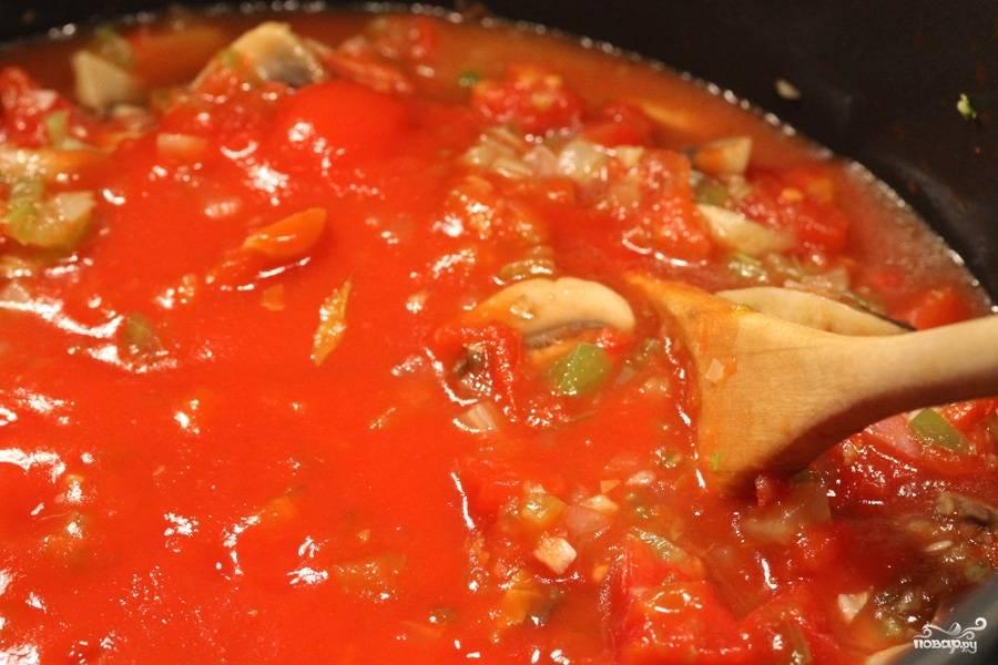 Затем добавляем томатную пасту и томатный соус и немного воды.