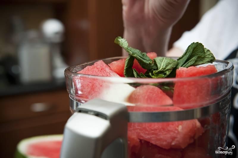 6. Промойте мяту и также добавьте в блендер.