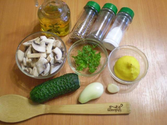 Подготовим ингредиенты для салата. Вымойте тщательно все овощи.
