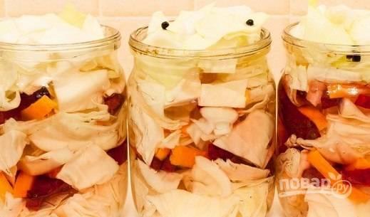 Залейте банки остывшим маринадом, и добавьте в каждую банку по 1 ложке растительного масла.