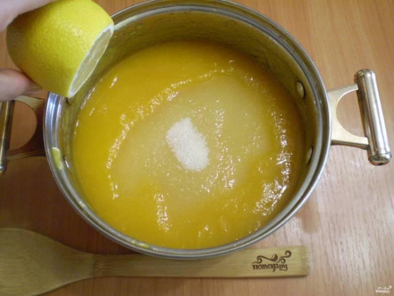 Добавьте сахар и выжатый из половинки лимона сок. Поставьте варенье на плиту и доведите до кипения. Огонь для этого установите минимальный.