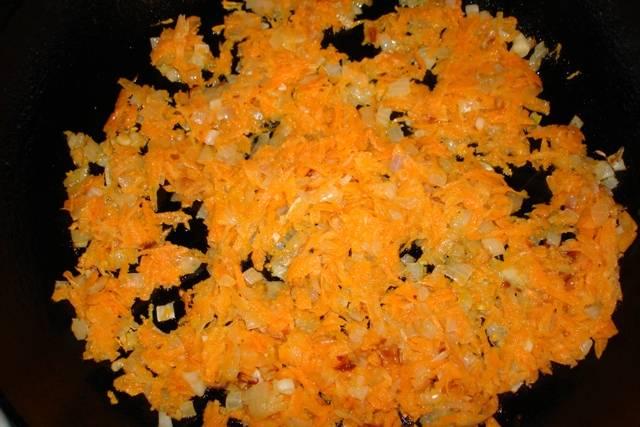 Добавьте тертую морковь, жарьте до готовности.
