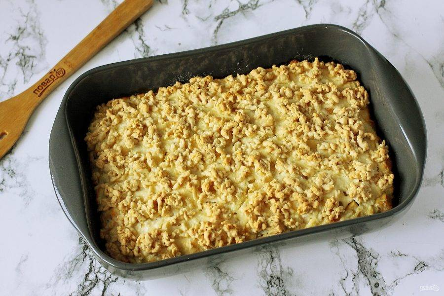 Готовому пирогу с яблоками и творогом дайте немного остыть, затем нарежьте и подавайте его к столу.