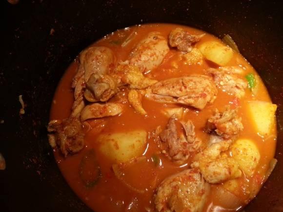 8. Тушите картошку с курицей еще 15 минут, пока картошка не станет мягкой. Посолите и поперчите по вкусу.
