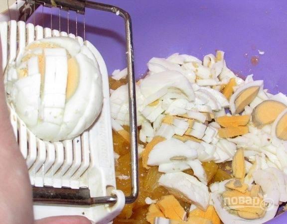 К апельсинам добавьте нарезанные яйца и сыр.