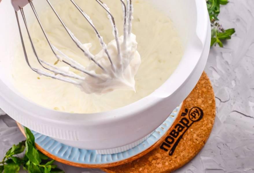 Взбейте все примерно 3-5 минут до получения крема.