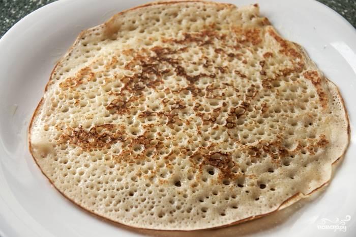 На каждой стороне блинчики пекутся около минуты. Не нужно их пересушивать на сковороде, они должны быть мягкими, без сухих краёв. Укладывая готовые блины на блюдо горкой, можно смазывать их сливочным маслом.