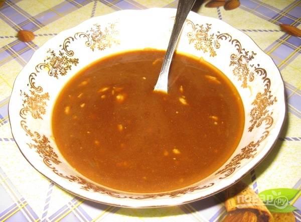 2. Для приготовления маринада в глубокую мисочку выжмите сок апельсина и половинки лимона, добавьте горчицу, мед, соевый соус и растительное масло. Все как следует перемешайте.