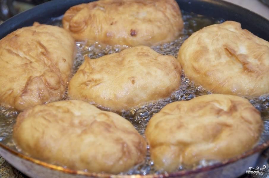 Нагрейте сковороду с большим количеством масла при высокой температуре. Выкладываем пирожки в сковороду швом вниз, только после чего обжариваем вторую сторону. Выкладываем на большую тарелку, с бумажным полотенцем, чтобы оно немного впитало в себя масло.