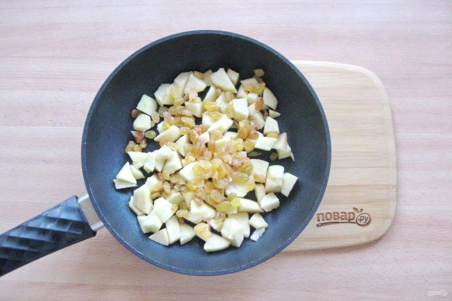 Изюм помойте и добавьте к яблокам в сковороду.