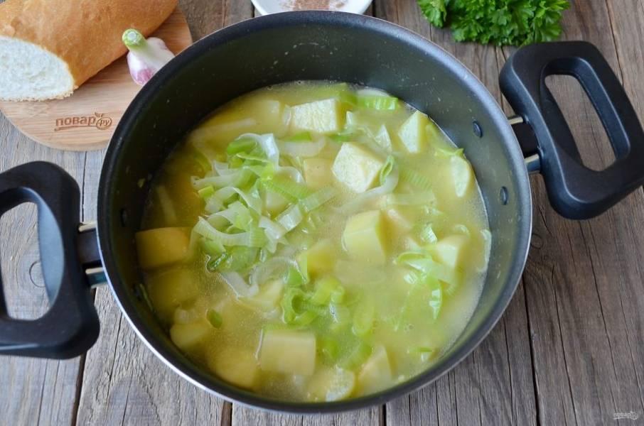 4. Влейте горячий бульон, доведите суп до кипения и варите примерно 20 минут до размягчения картофеля.
