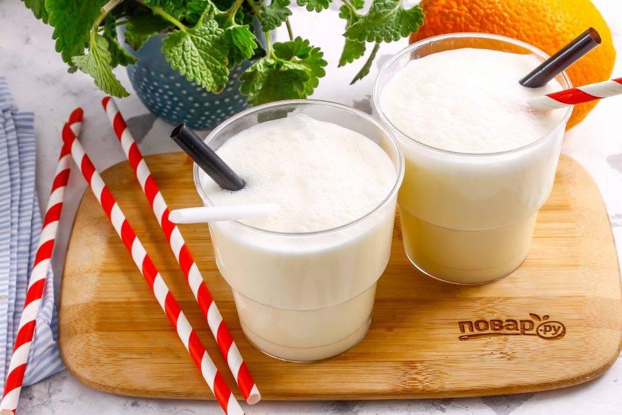 Перелейте молочный коктейль в стаканы или чашки, оснастите трубочками и подайте к столу сразу же после приготовления.