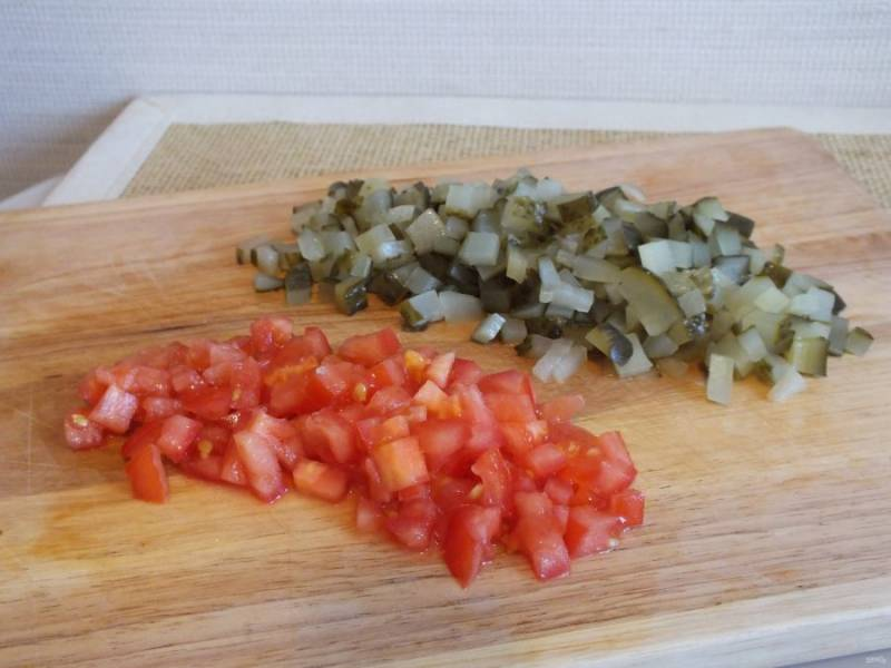 Нарежьте кубиком помидор и огурцы.
