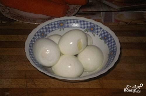 Яйца помойте, сварите вкрутую, остудите и очистите.