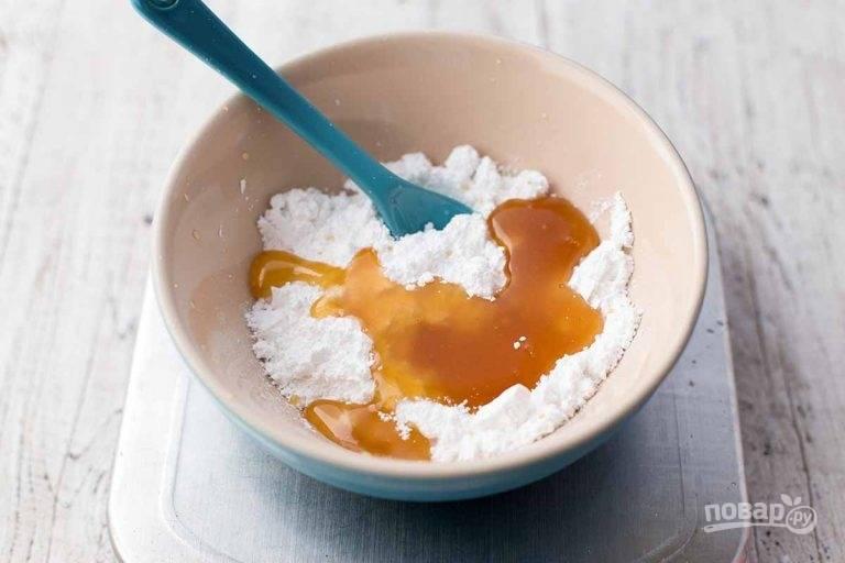 9.Тем временем сделайте глазурь: в миску выложите 2 столовые ложки меда, сахарную пудру и воду.