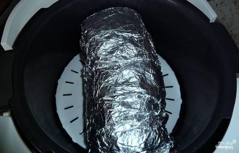 """2. Теперь поверх мяса выкладываем чернослив и немного чеснока, если остался, добавим также орешки. Заворачиваем этот """"бутерброд"""" в фольгу плотно и в режиме """"Выпечка"""" готовим полтора часа."""