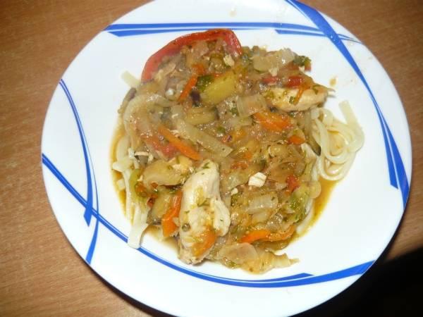 8. Пока лагман из курицы в домашних условиях еще не совсем готов. Отдельно необходимо сварить лапшу (если специальной нет, то подойдет обычная лапша или даже спагетти). Перед подачей на дно тарелки выложить лапшу, а сверху - соус.