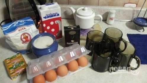 Смешайте муку, сахар и какао. Отдельно взбейте яйцо. Масло растопите. Перемешайте вместе все эти ингредиенты. Можно добавить орешков.