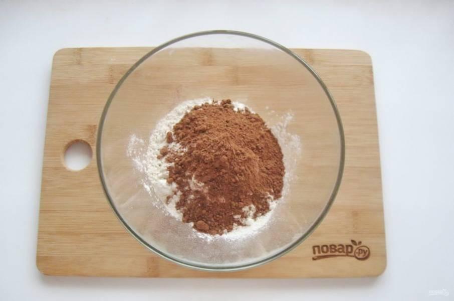 Добавьте столовую ложку с горкой какао и разрыхлитель.