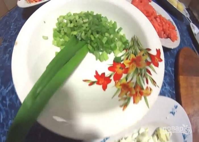Мелко нарежьте зеленый лук, кубиками – слабосоленую форель и вареные яйца.