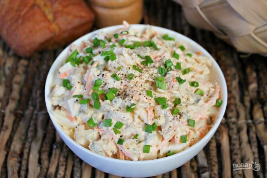 Готовый салат посыпаем нарезанным зеленым луком и подаем к столу. Приятного аппетита!