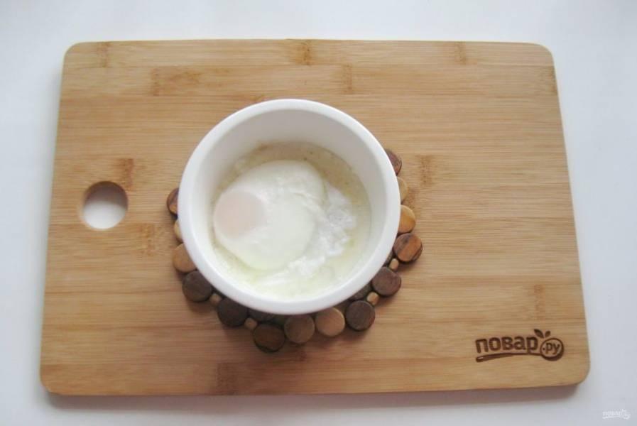 Аккуратно достать яйцо шумовкой и выложить на запеченный йогурт.