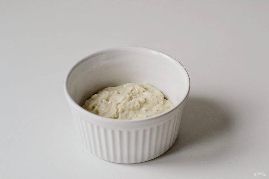 Добавьте 50 грамм муки, соль по вкусу и все тщательно перемешайте.