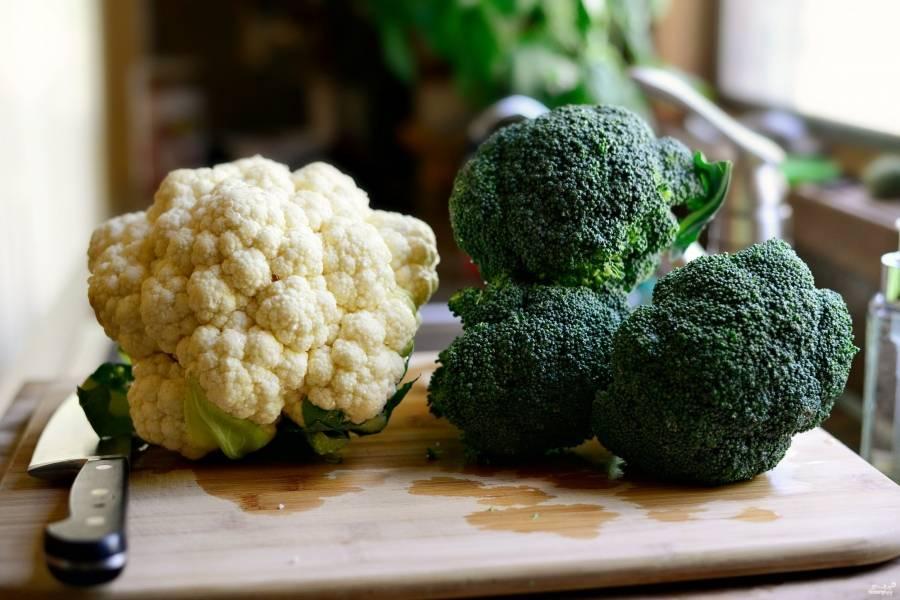 Шаг 1. Возьмите 1 большую головку брокколи и 1 большую головку цветной капусты.