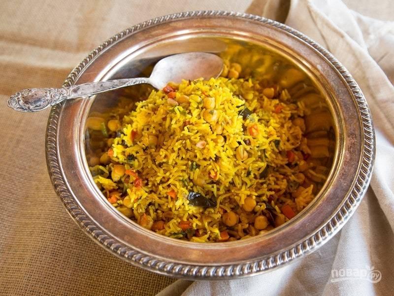 8. Подавайте рис с нутом, добавив нарезанную зелень. Приятного аппетита!
