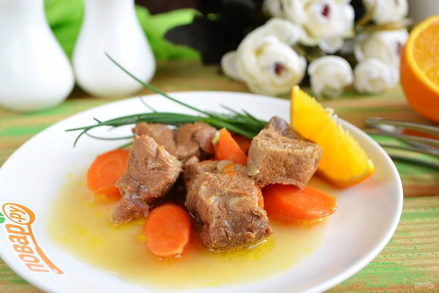 Говядина, томленная с морковью в винном соусе