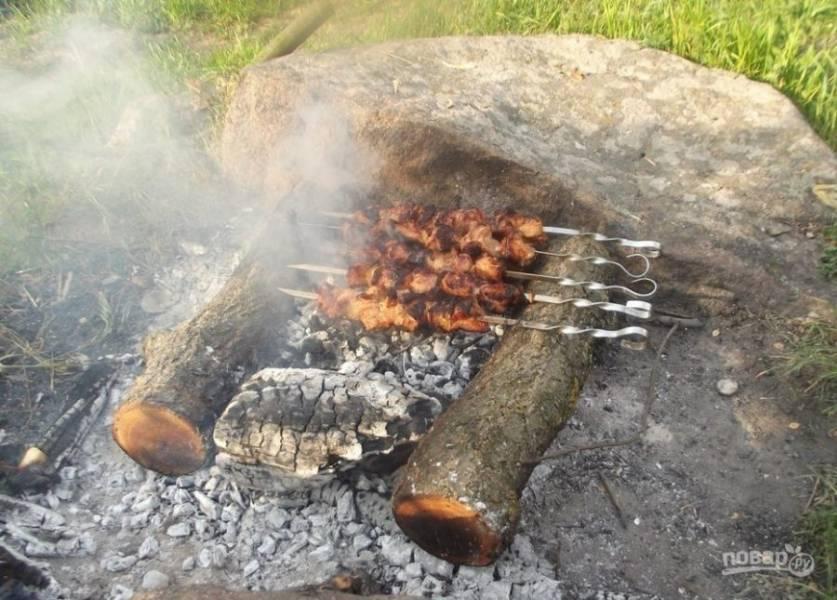 Нанизывайте мясо на шампуры и жарьте, переворачивая, до красивой корочки.