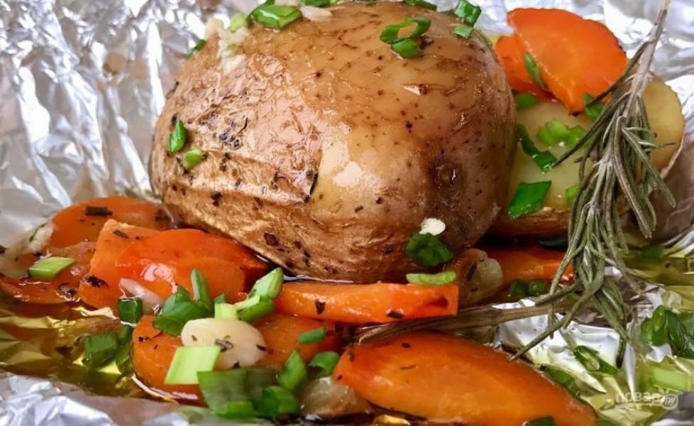4. Оливковое масло смешайте с измельченным чесноком, солью, луком. Полейте готовый картофель заправкой. Приятного аппетита!