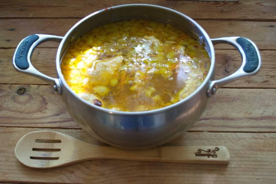 В  бульон добавьте очищенный картофель. Варите 15 минут. Потом добавьте обжаренные овощи. Варить еще 10 минут. Добавьте соль, молотую паприку, перчик, другие специи на ваш выбор.