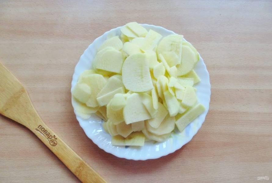 Удалите семена, и нарежьте яблоки тонкими пластиночками.