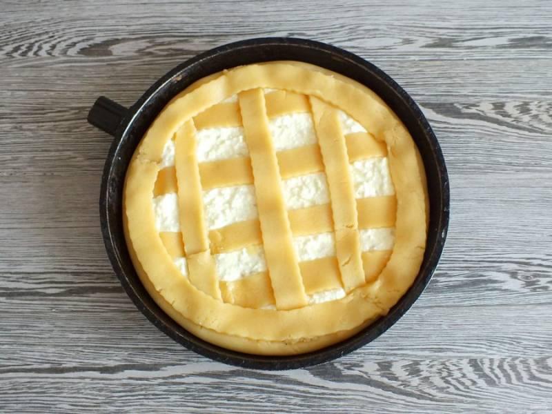 Оформите верх полосами из теста. Поставьте подготовленный пирог в разогретую до 180 градусов духовку на 35-40 минут. Учитывайте особенности своей духовки.