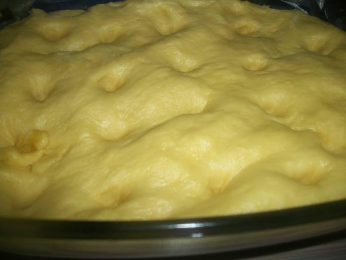 Замесите тесто и поставьте его в теплое место на 30 минут.