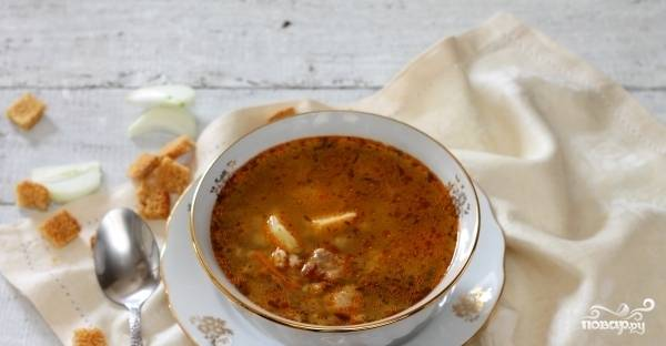 За 5 минут до готовности добавьте в суп лавровый лист, мелконарезанный укроп и соль. Приятного аппетита!