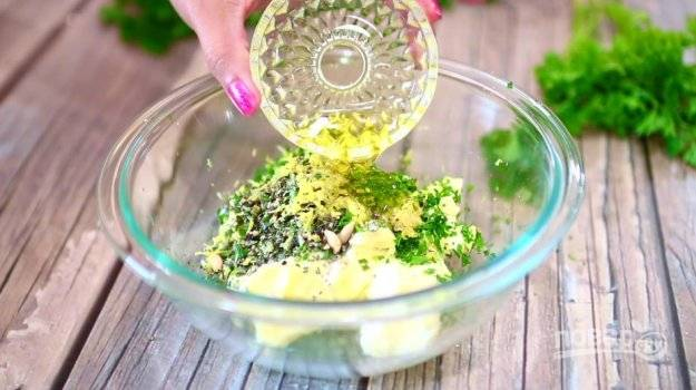 Сделайте смесь, которой будите натирать птицу. В миске соедините измельчённую петрушку и розмарин с мягким сливочным маслом. Добавьте пропущенный через пресс чеснок, соль и перец. Натрите цедру одного лимона, а также выжмите из него сок. Влейте оливковое масло. Все перемешайте.