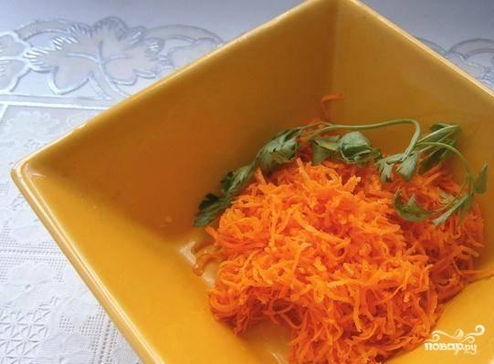 Морковь также почистите, помойте и натрите на среднего размера тёрке.