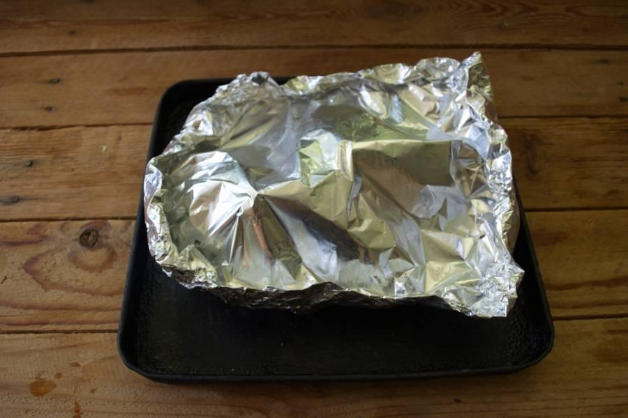 Накройте еще одним листом фольги, закрепите края. Разогрейте духовку до 200 градусов и запекайте там птицу 1 час. В зависимости от веса птицы время может измениться.