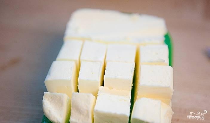 Вначале достаньте вишню из морозильной камеры (если она у вас заморожена). Разогрейте духовку до 175 градусов. Размягченное масло нарежьте кубиками.