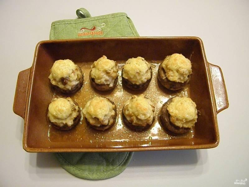 Фаршированные шампиньоны в духовке с сыром готовы!