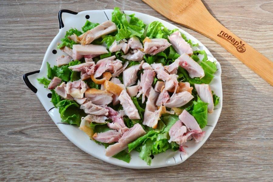 Сверху на салат разложите куски курицы.