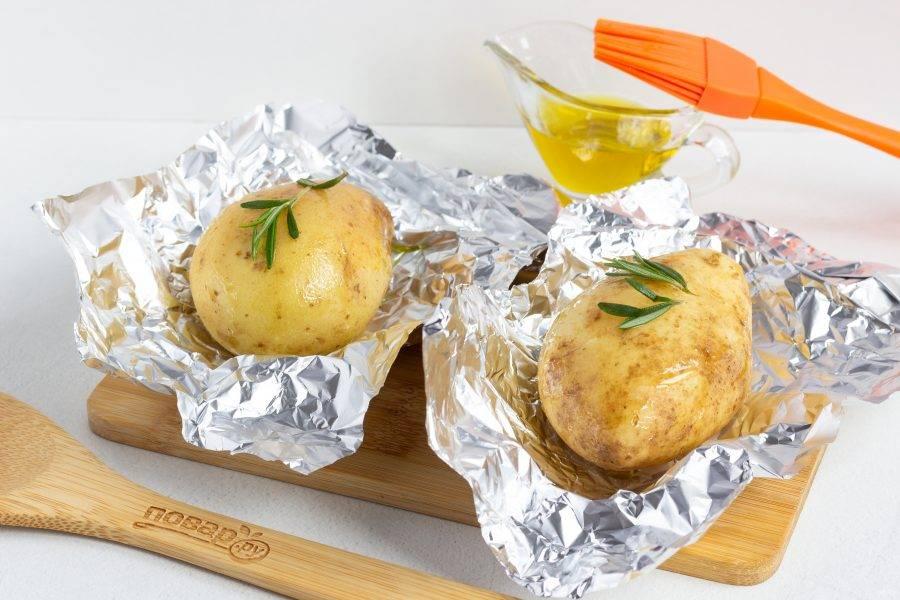 Выложите на картофель листочки розмарина.