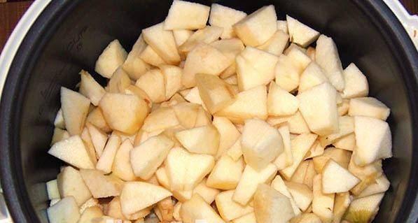 Из очищенных яблок удаляем сердцевины и нарезаем дольками. Когда отвар приготовится, перелейте его в другую емкость, а в мультиварку засыпьте яблоки.