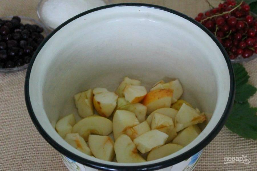 Яблоки нарезаем крупно и высыпаем в кастрюлю.