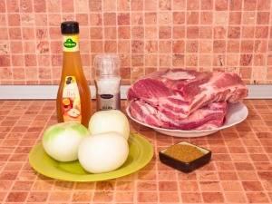 1. Для приготовления блюда берем хороший кусок свиной шеи. Тщательно моем мясо и нарезаем кусочками.