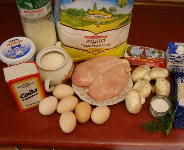 1. Чтобы приготовить курник (рецепт классический) понадобится около 2-3 часов. Несмотря на кропотливость и хлопотность, этот пирог всегда готовят в русской кухне на свадьбы и большие торжества. Для начала нужно отварить куриное филе и яйца.